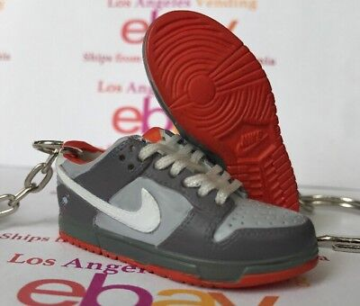 Dunk SB Low NY Pigeon Keychain WITH LACES London Tokyo Taxi Paris Purple