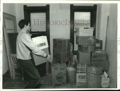 1987 Press Photo Paul Rougeaux Moving Sister Beth's Items into Remodeled House