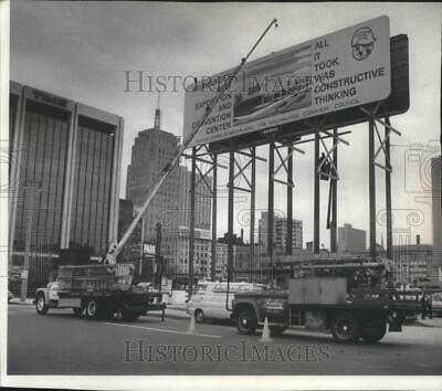 1971 Press Photo Finishing touch to billboard-Milwaukee Expo & Convention Center
