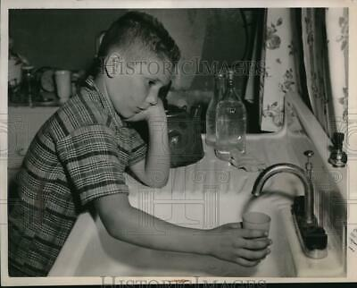 1948 Press Photo Harry Bump is likely to find faucet dry between 10 am and 10 pm