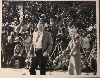 FB-336 RONALD REAGAN SWORN IN 40TH PRESIDENT OF THE UNITED STATES 8X10 PHOTO