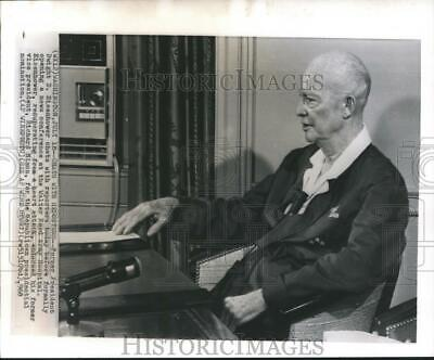 1968 Press Photo Former President Dwight Eisenhower chats with reporters