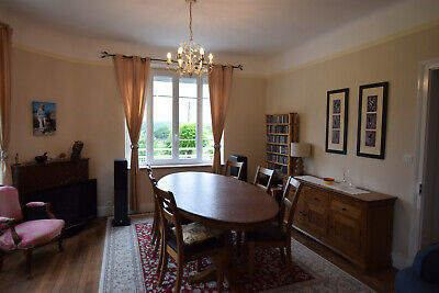 Beautiful oval French oak dining table and 6 matching oak dining chairs