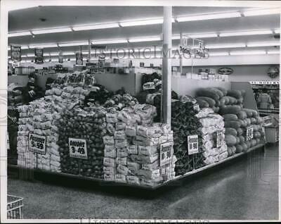 1962 Press Photo Food displays at Pick N Pay grocery in Cleveland Ohio