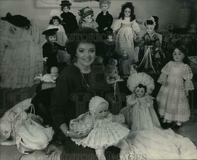 1986 Press Photo Gloria Cobb surrounded by her Antique Doll Collection