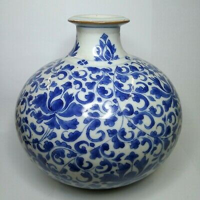 Antique Chinese blue and white porcelain vase, 17th-18th century.