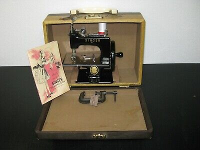 VINTAGE CAST IRON SINGER 20 HAND CRANK TOY SEWING MACHINE with wooden CASING