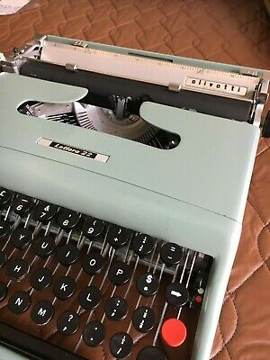 Retro OLIVETTI LETTERA 22 Portable typewriter.  Carry case Excellent condition.