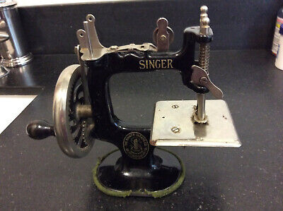 Vintage Childs Toy Singer Sewing Machine - Model 20 - 1928