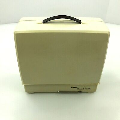 1960's SINGER LITTLE TOUCH & SEW SEWING MACHINE + CARRYING CASE 67A23✅  7.B2