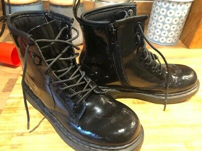 Girls / Boys Doc Martens Boots In Black Size 2 AirWair RRP: £79.99 New Style 1 3