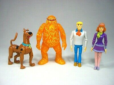 NEW UNUSED Scooby-Doo Gang Figures and Name Logo Ceramic Salt and Pepper Set