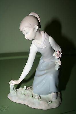 LLADRO FIGURINE    MINT    LADY WITH PONYTAIL  HOLDING A BOQUET OF FLOWERS