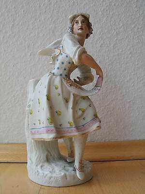 Porzellanfigur Frau in Tracht    a porcelain sculpture of a woman
