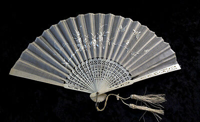 ANTIQUE CHINESE CARVED BONE & EMBROIDERED SILK LADIES FAN - CANTON EXPORT 1900's