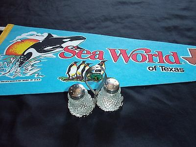 2 Seaworld Collectibles -1988 SEA WORLD of Texas PENNANT + Salt & Pepper Shakers