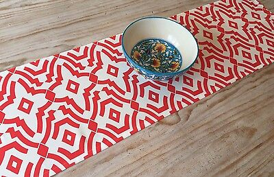 **STUNNING NEW INDOOR/OUTDOOR RED & WHITE GEOMETRIC TABLE RUNNER 134cm**