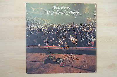 """Neil Young Autogramm signed LP-Cover """"Time Fades Away"""" Vinyl"""