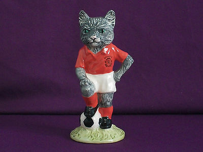 **VERY RARE BESWICK FOOTBALLING FELINE KITCAT No 1369 NEW & BOXED & CERTIFICATE*
