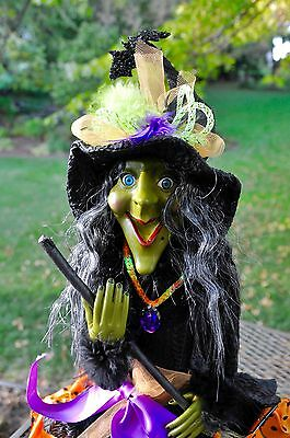 """GREEN FACE Happy FACE HALLOWEEN Sitting WITCH Doll Broom Feathers """"Spooked"""" NEW"""