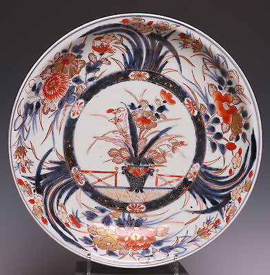 Nice Japanese Imari charger, flowerbasket, early 18th century. Diam. 28.7 cm.
