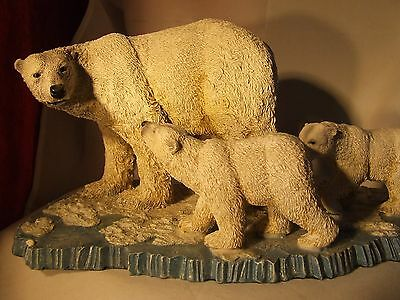 """Large Mother Polar Bear and two cubs resin """"Endangered Species"""" figurine ex cond"""