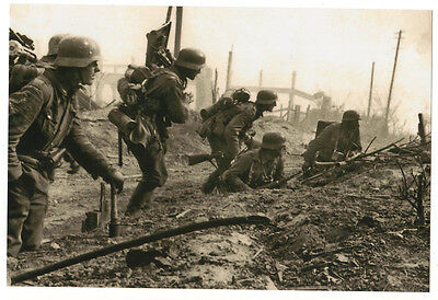 OLD photo 150x100 mm WW2 German soldiers in the battle in full ammunition (3655)