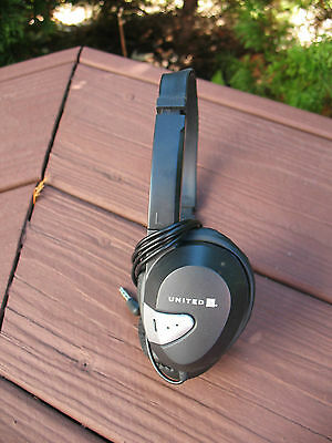 United Airlines Headphones -- PADDED -- Quality -- Large Ear -- Vintage 10/2011