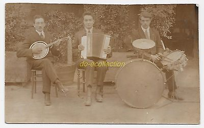 CPA carte photo orchestre musiciens jouant de l'accordéon batterie et banjo