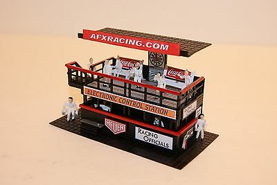 Ho Scale / MODEL MOTORING CUSTOM RACING OFFICIALS STAND,LIGHTED,12 PEOPLE