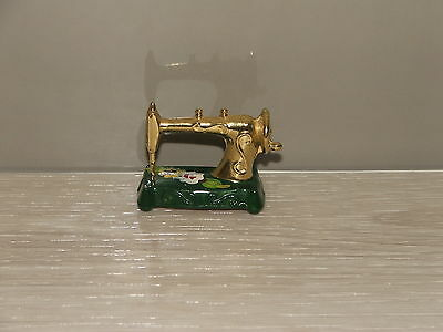 Miniature sewing machine, made in England, in good condition.