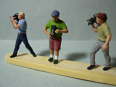 3  Figurines  1/43  Set 65  Reporters  Television   Vroom  Unpainted  Figures