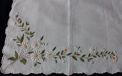 """Vintage Antique Hand Embroidered Linen Table Mat c1930s~ 12""""L X 17""""W~Daisies"""