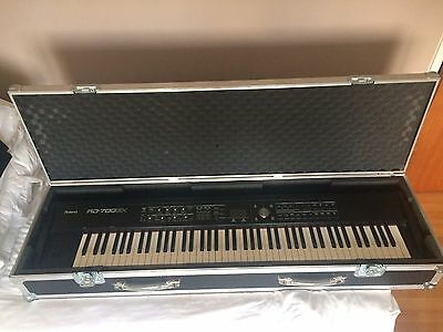 Roland RD 700 GX Stage Piano Flight case and stand