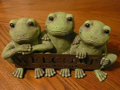 Grasslands Road Lilypad Lane Welcome to our Pad 3 Frogs Sign Garden Statue NEW