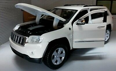 Jeep Grand Cherokee Laredo Land Rover 1:24 Scale Detailed Diecast Maisto Model