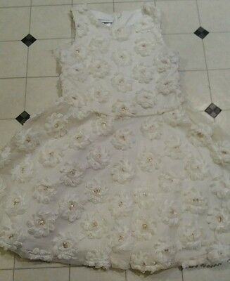 Pretty Girls White Flower dress.. Age 4-6 Years