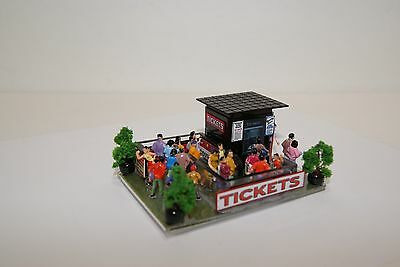 Ho Scale Slot Car Scenery / RACEWAY TICKET BOOTH with ATM MACHINE & 25 PEOPLE