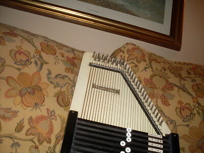 Auto Harp-32 String With Instruction Book For 9,10,& 12 Bar Autoharps