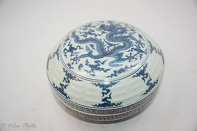 Blue and white dragon design carved box with Ming Xuande Mark