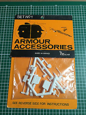 Armour Accessories Set N°1 - Jerrycans And Tools 1/35 Plastic Kit