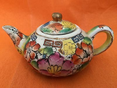 A LOVELY VINTAGE MINiATURE CHINESE POTTERY HAND PAINTED FLORAL DESIGN TEAPOT VGC