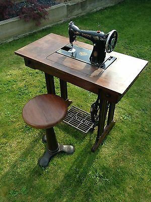 Vintage Singer Sewing Machine With Table - Cast Iron and Wood (with drawers)
