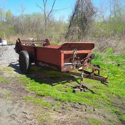 Field Ready New Holland 331 Manure Spreader with Poly Floor