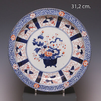 Nice deep Japanese Imari charger, flowerbasket, early 18th ct. Diam. 31,2 cm.