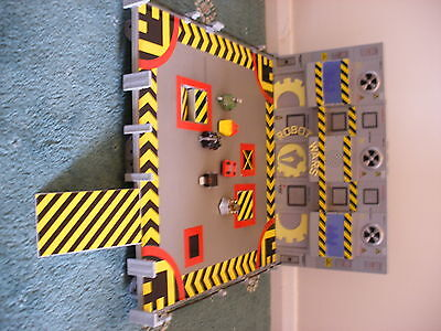 Rare collectable Robot Wars arena complete with 6 metal figures in box