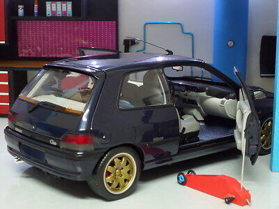 DiORAMA WORKSHOP GARAGE WiTH LiGHT 1/18 VERY DETAILED!! (MODEL CAR NOT INCLUDED)