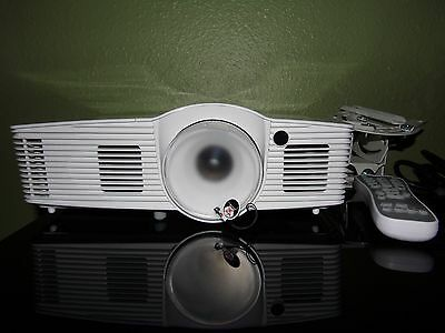 Optoma HD26 1080p 3D  Projector 5 Total Hours! Excellent! ceiling mount bundle