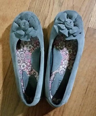 BORN BOC Gray Suede Leather Flat Shoes With Flower Girls Size 3