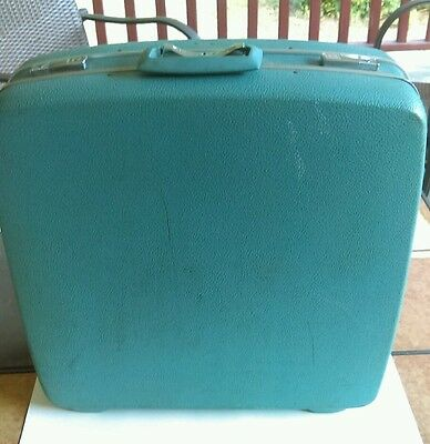Vintage  ROYAL TRAVELLER LUGGAGE / SUITCASE  comes w/ Hangers